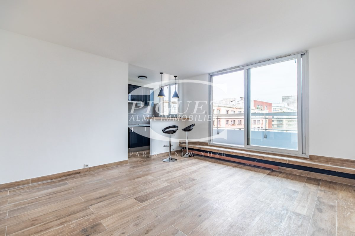 AVENUE D'ITALIE ABSOLUTLEY QUIET, FURNISHED STUDIO WITH WALK-ON TERRACE